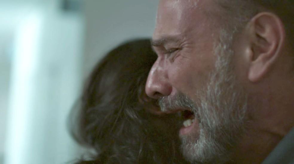 Elias (Marco Ricca) vai aos prantos com a morte de filho em Órfãos da Terra da Globo