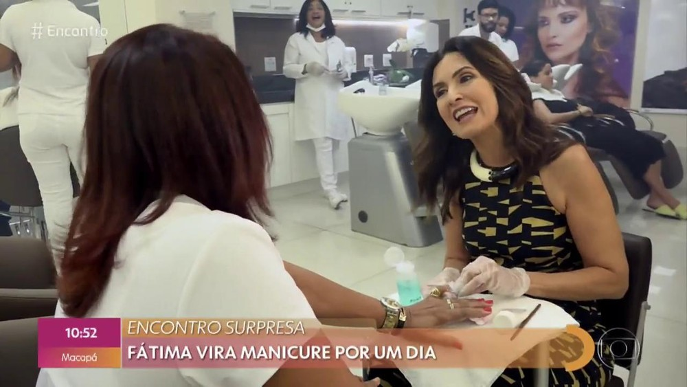 Fátima Bernardes vira manicure por um dia, no 'Encontro' — Foto: Reprodução/ TV Globo