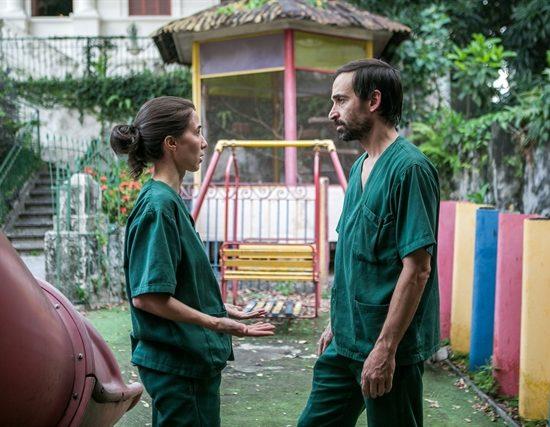 Carolina (Marjorie Estiano) e Evandro (Julio Andrade) em cena de Sob Pressão (Foto: Globo/Raquel Cunha)
