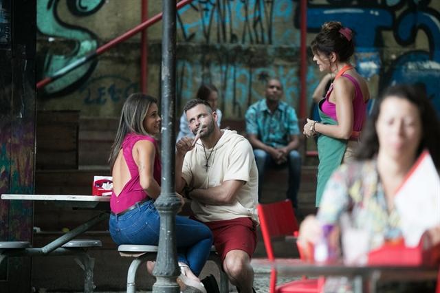 Madureira (Henri Castelli) com Jenifer (Rayane Amaral) e Carla (Mariana Santos) em cena que homenageará Gabriel Diniz em Malhação (Foto: Globo/Raquel Cunha)