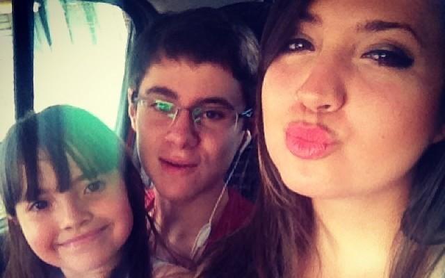O ator Rafael Miguel ao lado de suas irmãs (Foto: Divulgação)