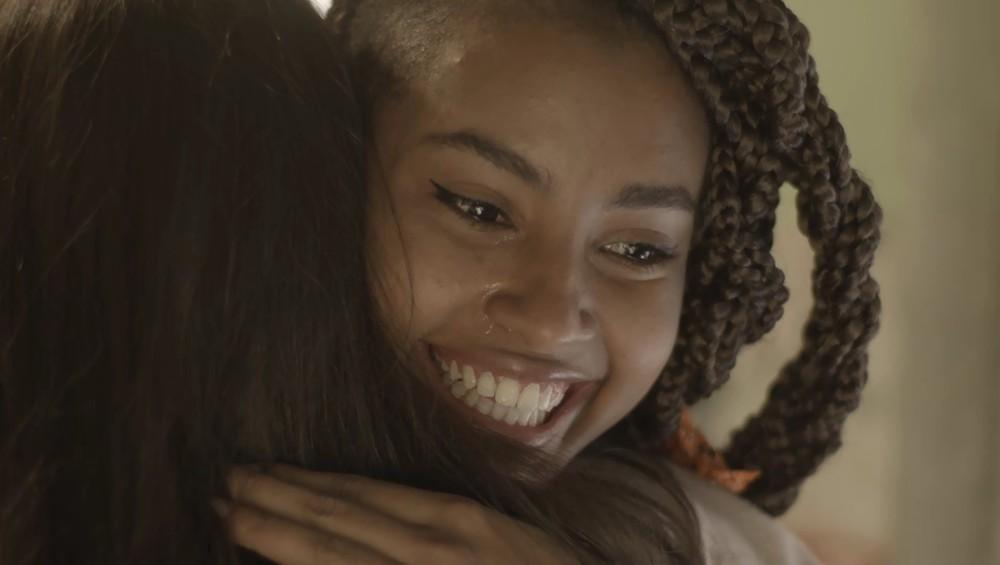 bissexual Jaqueline (Gabz) chorará ao ver Milena (Giovanna Rispoli) em sua casa na novela Malhação Toda Forma de Amar na Globo (Foto: Reprodução/Gshow)