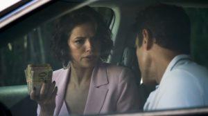Josiane (Agatha Moreira) e Régis (Reynaldo Gianecchini) com dinheiro do roubo em A Dona do Pedaço (Foto: Reprodução/Globo)