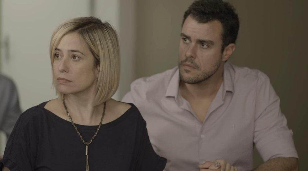 Lígia (Paloma Duarte) e Joaquim (Joaquim Lopes) adotaram Nina com todo amor do mundo em Malhação Toda Forma de Amar da Globo