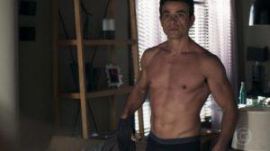 Anderson Di Rizzi surge sem camisa em A Dona do Pedaço, da Globo (Reprodução: TV Globo)