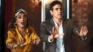 Maria da Paz (Juliana Paes) e Régis (Reynaldo Gianecchini) presenciam assalto à confeitaria, em 'A Dona do Pedaço' — Foto: TV Globo