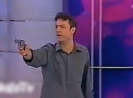 Homem armado invadiu o programa Jogo da Vida, da Band. (Foto: Reprodução/YouTube)