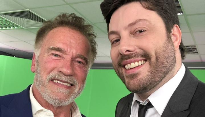 Arnold Schwarzenegger ao lado de Danilo Gentili. (Foto: Reprodução/Twitter)