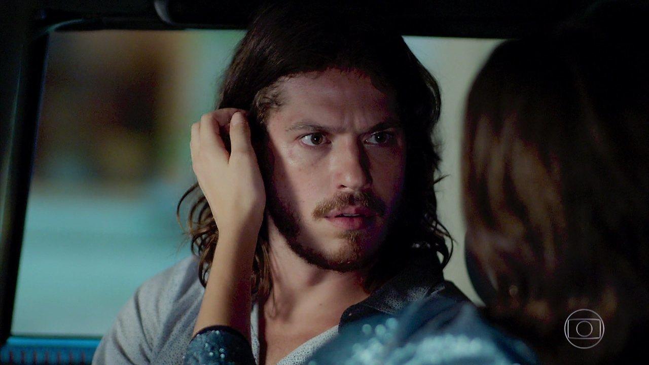 Quinzinho (Caio Paduan) ficará chocado com a atração que sente por Vanessa (Camila Queiroz) na novela Verão 90 da Globo