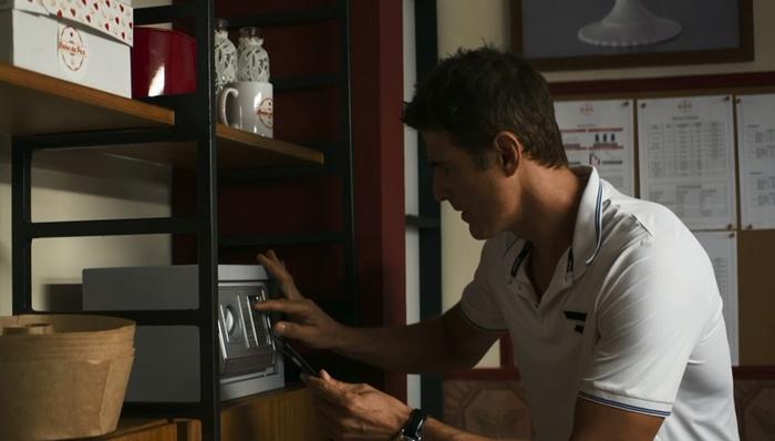 Régis (Reynaldo Gianecchini) rouba cofre de Maria da Paz (Juliana Paes) em A Dona do Pedaço (Foto: Reprodução/Globo)