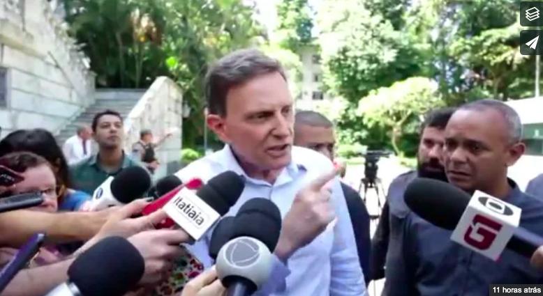 Prefeito Marcelo Crivella discutindo com Jornalista da Globo recentemente (Foto: Reprodução/Globo)