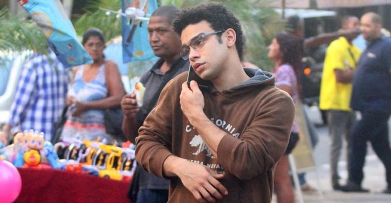 Sérgio Malheiros fala ao celular durante passeio pelas ruas de Ipanema no Rio de Janeiro