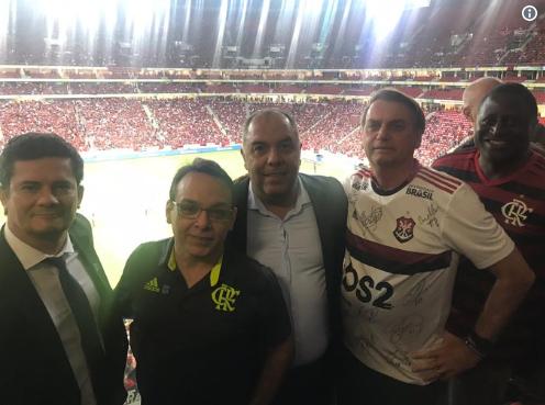 Bolsonaro Moro e outros políticos curtindo o jogo CSA x Flamengo (Foto: Twitter)