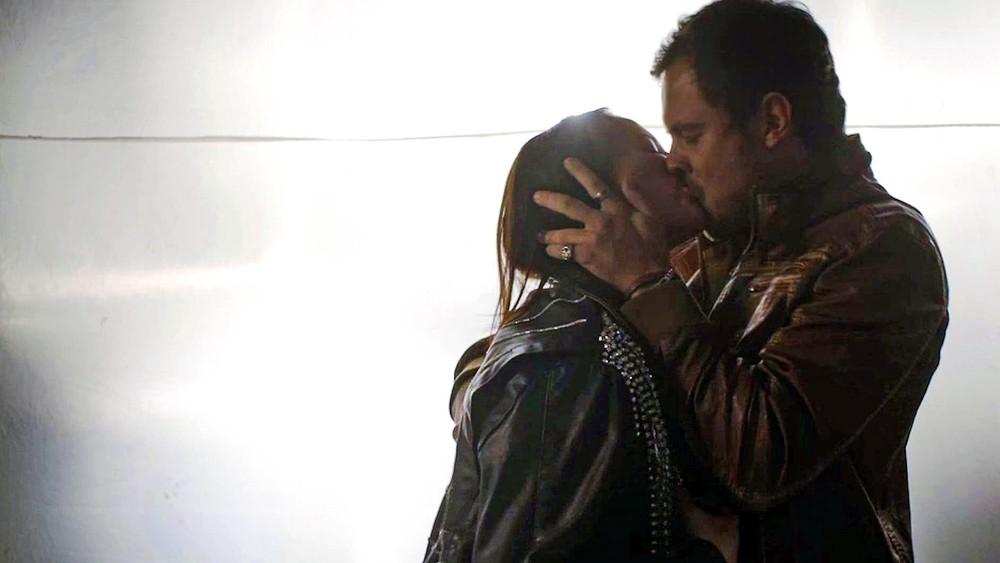 Chiclete beija Vivi em A Dona do Pedaço da Globo