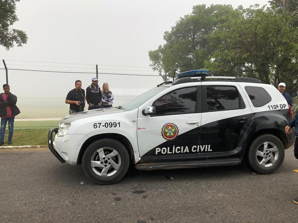 Viatura da Polícia Civil em frente à Granja Comary — (Foto: Cauê Dias/GloboEsporte.com)