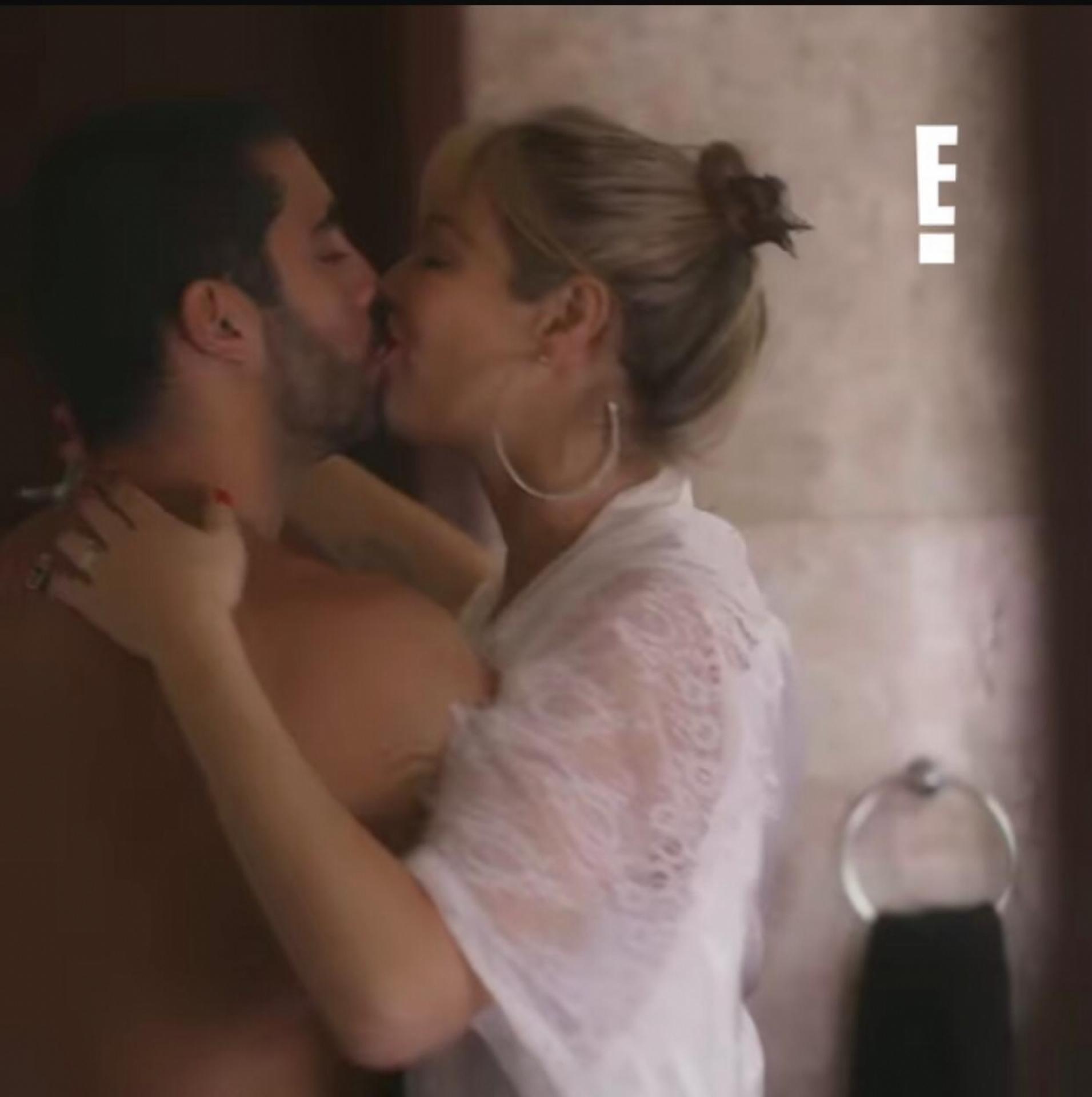 Luana Piovani aos beijos com ex-marido Pedro Scooby para seu novo programa (Reprodução: E!)