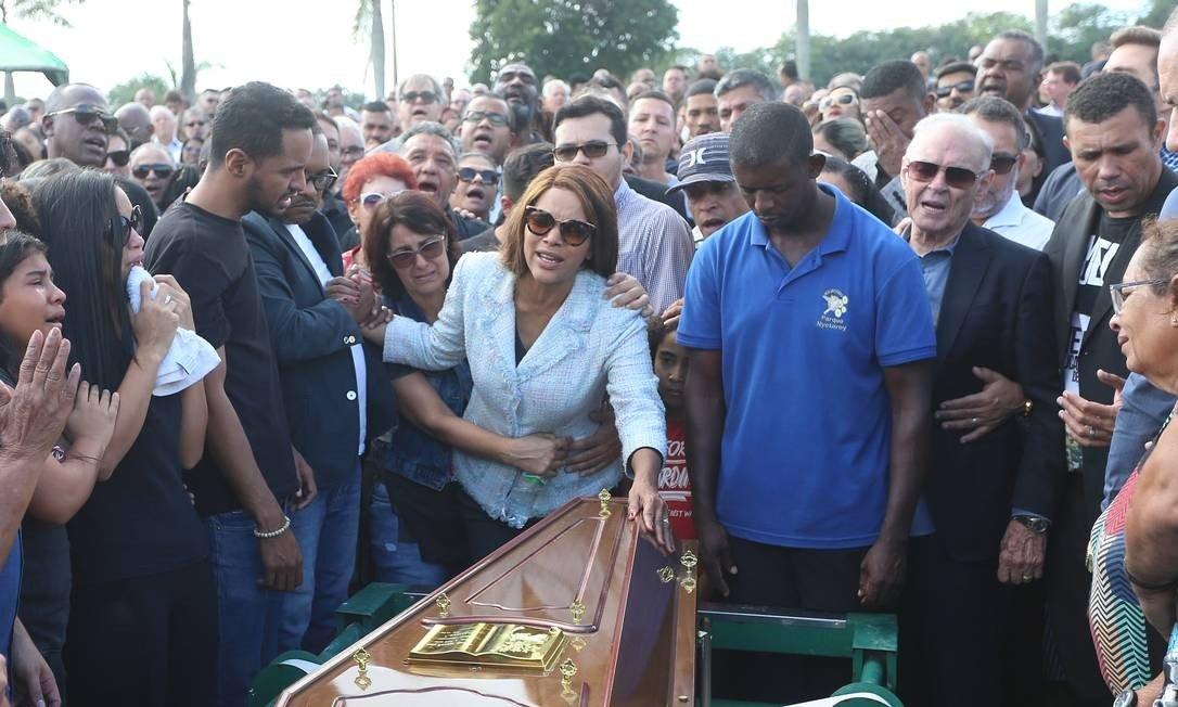 No enterro do pastor Anderson do Carmo, Flordelis chora sobre o caixão. Foto: Reprodução