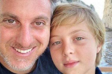 Luciano Huck, apresentador da Globo, e o filho Benício (Reprodução: Instagram) angélica