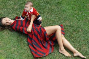 Amor de Mãe: Ísis Valverde com o filho Rael no colo (Foto: Karine Basilio)