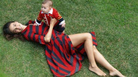 Ísis Valverde com o filho Rael no colo (Foto: Karine Basilio)