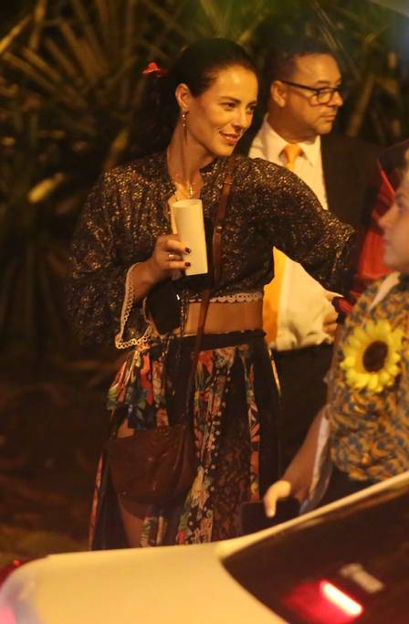 Paolla Oliveira chegou na festa e logo depois Joaquim Lopes foi embora