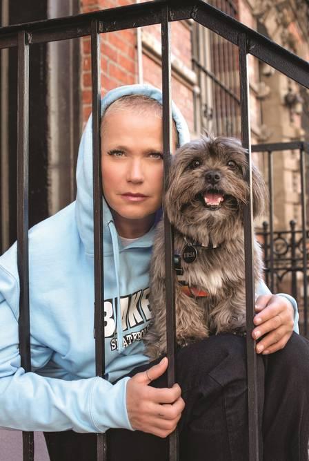 Xuxa posa com sua cadela em Nova York (Foto Caras)