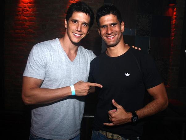 Márcio Garcia teria feito sexo a três com o irmão e agora, gostosona, resolveu revelar tudo
