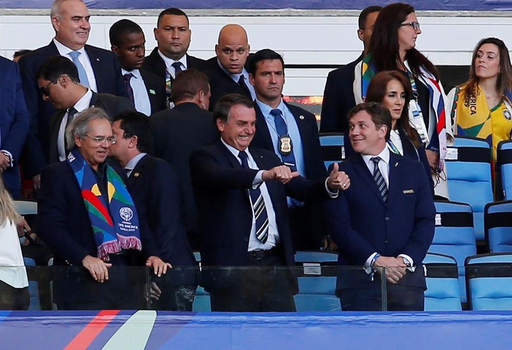 Bolsonaro acena durante jogo da Seleção, que também contou com a presença de Anitta (Foto: REUTERS/Luisa Gonzalez)
