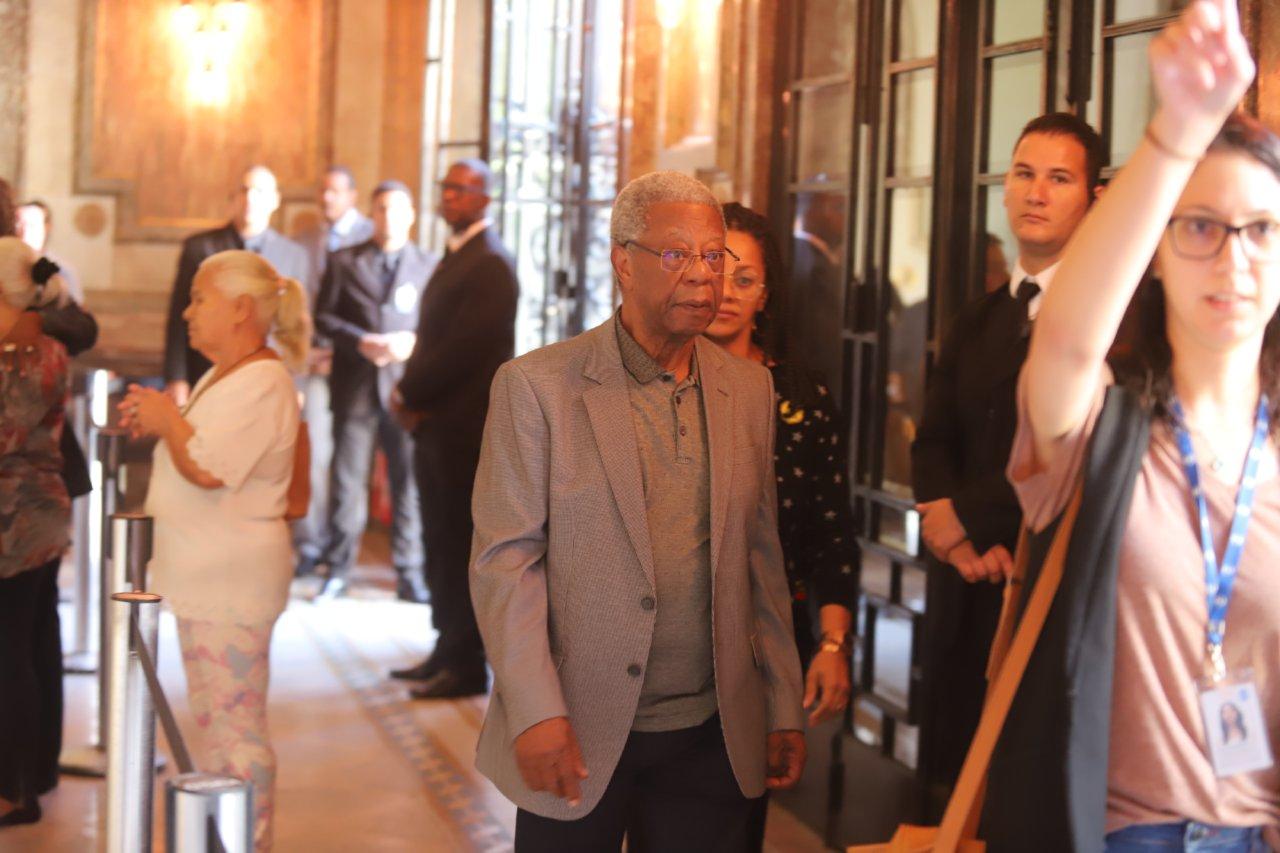 Milton Gonçalves compareceu ao velório da atriz Ruth de Souza (Reprodução: AgNews)