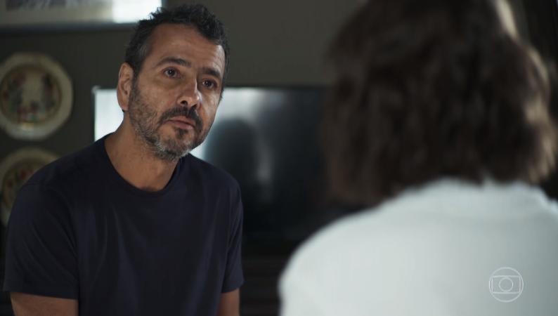Amadeu (Marcos Palmeira) vai ameaçar dar surra na filha após descobrir que ela traiu Maria da Paz em A Dona do Pedaço (Foto: Reprodução/Globo)