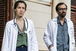 Marjorie Estiano (Carolina) e Julio Andrade (Evandro) em Sob Pressão (Foto: Globo/Raquel Cunha)