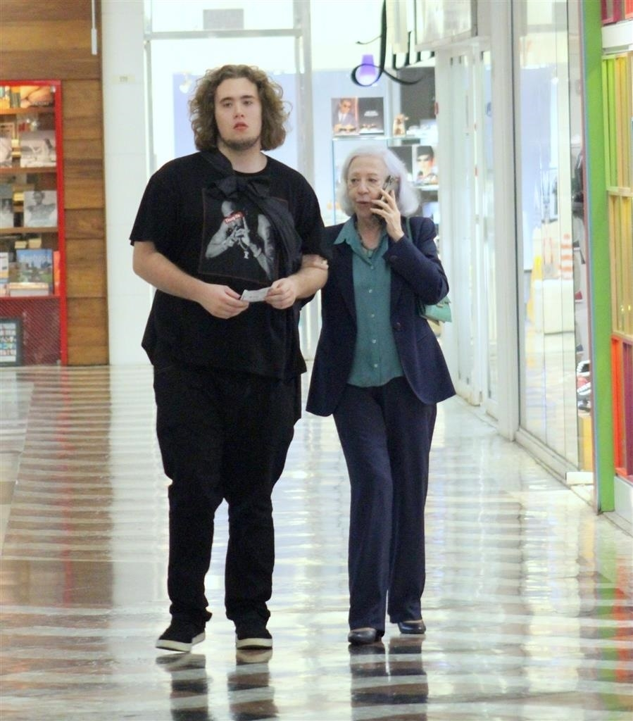 A Dona do Pedaço : Fernanda Montenegro é flagrada em shopping no Rio de Janeiro ao lado de seu neto (AgNews)