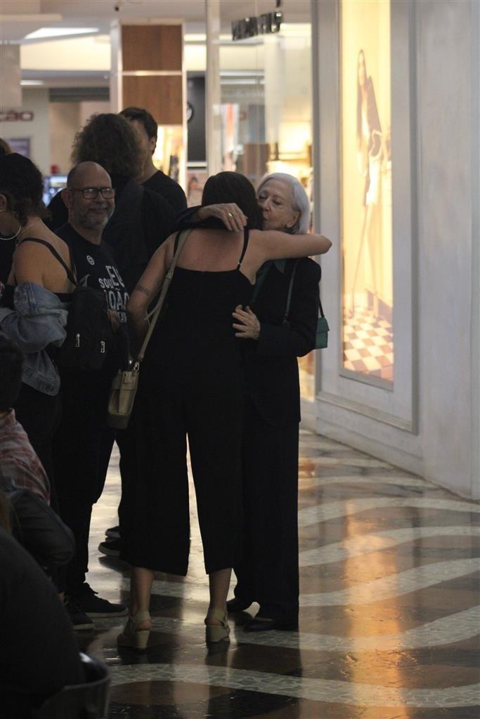 A Dona do Pedaço Veterana da Globo é vista passeando em shopping (AgNews)