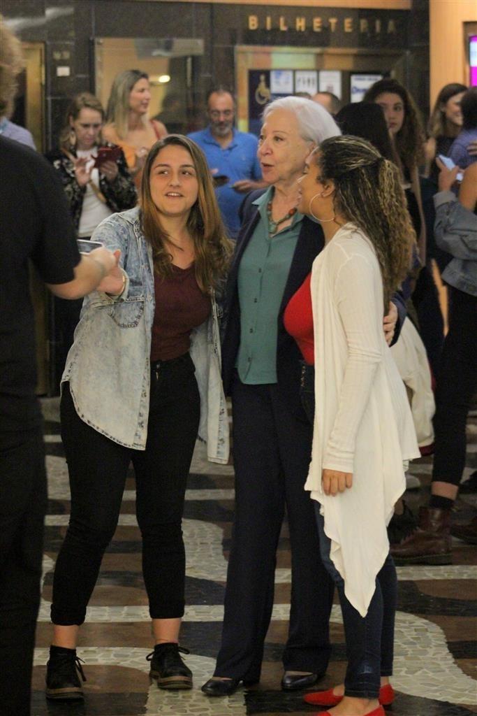 Fernanda ao lado dos fãs no Rio de Janeiro (AgNwes)