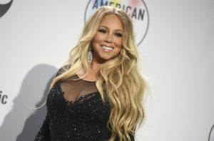 A cantora Mariah Carey brincou do jogo da garrafa e destampou apenas com sua voz (Foto: Reprodução)