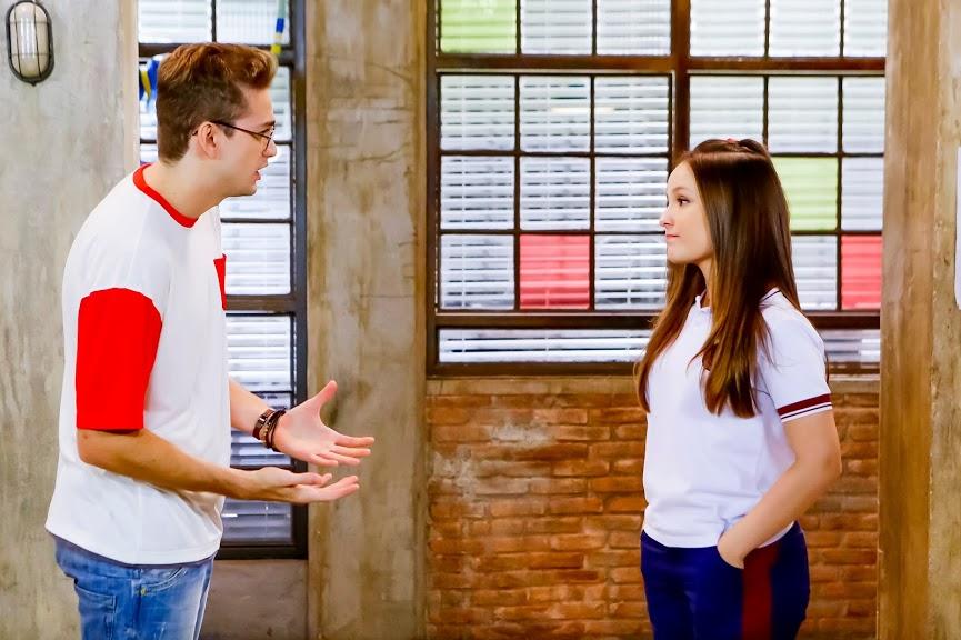 Mirela conta para Vini que terminou com Luca em As Aventuras de Poliana