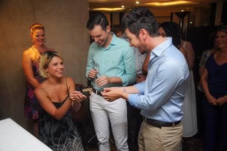 Bruna Linzmeyer entregando as alianças ao irmão e cunhado (Foto: Instagram)