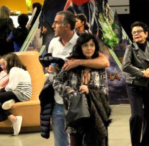 A atriz Claudia Ohana ao lado do novo namorado (Reprodução: Rodrigo Adão/AgNews)