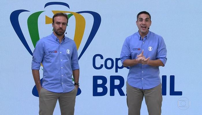 Roger Flores e Gustavo Villani foram chamados às pressas para transmissão ao vivo na Globo após problema com Luís Roberto (Foto: Reprodução/Globo)