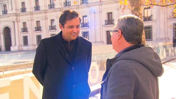 Geraldo Luís entrevista Alex Rubio, ex-garçom de Jô Soares, para o Domingo Show (Foto: Divulgação/Record)