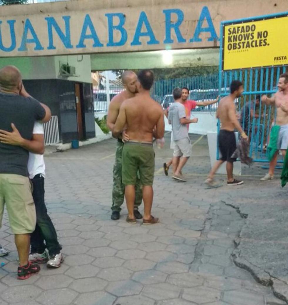 O ator Leonardo Vieira também foi pego no flagra ficando com rapaz durante festa