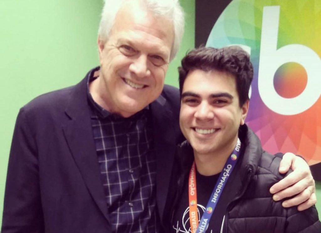 Pedro Bial chegou a posar nos bastidores do SBT com alguns funcionários do canal de Silvio Santos