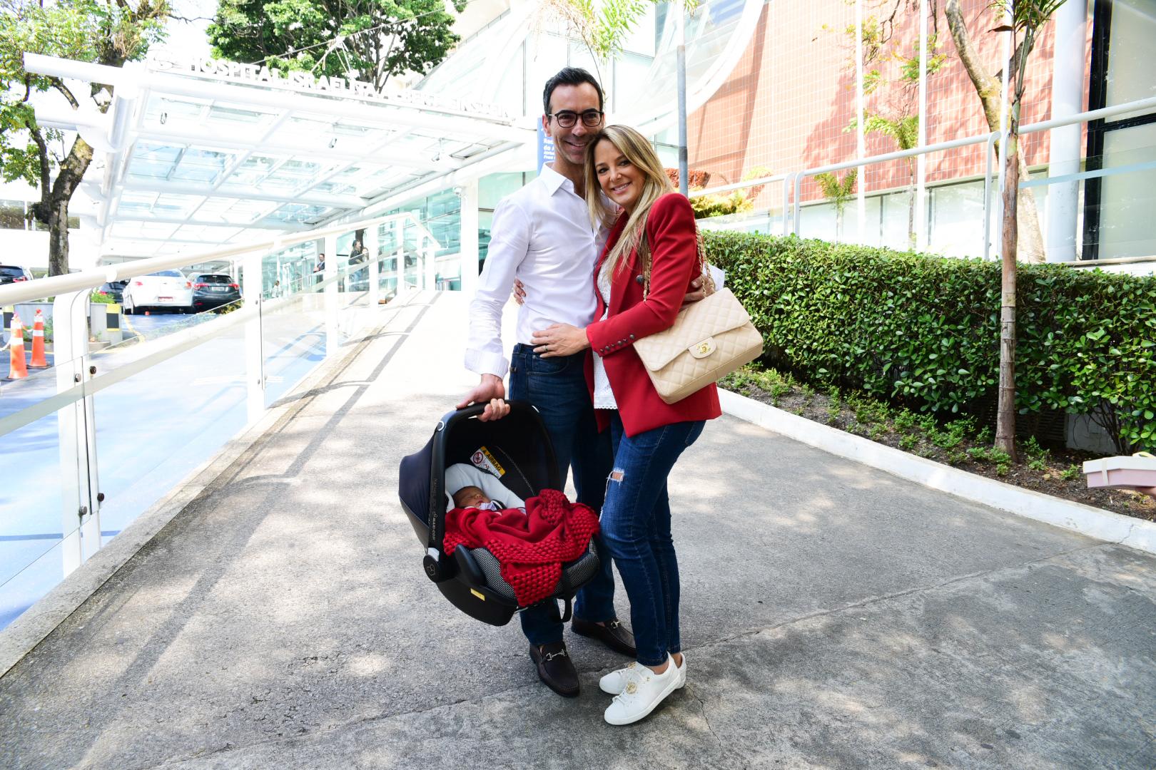 Ticiane Pinheiro da Record e Cesar Tralli ao lado da mais nova integrante da família (Foto: AgNews)