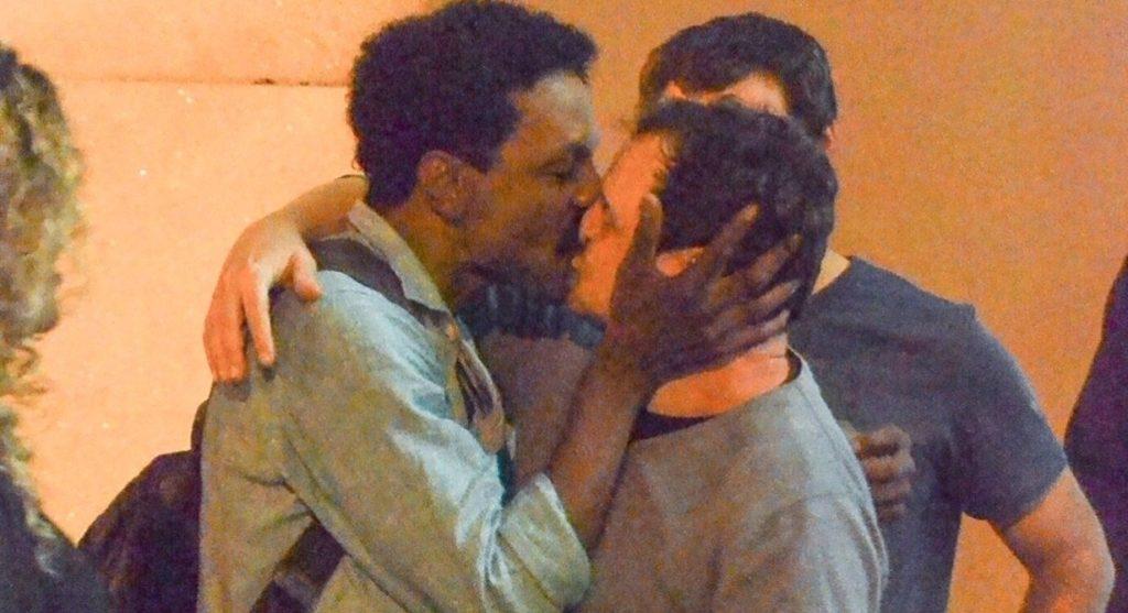 O ator da TV Globo Matheus Nachtergaele beijando Luís Miranda (Pablo Luquez: AgNews)