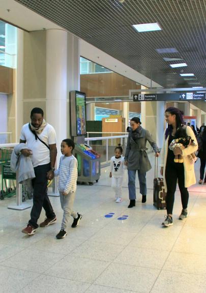 Taís Araújo em momento íntimo com a família (Foto: AGNews)