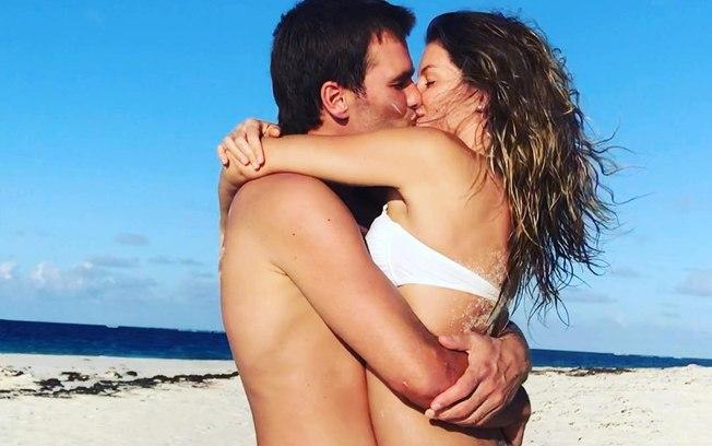 Tom Brady e Gisele Bündchen na praia (Foto: Reprodução)