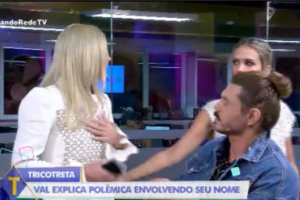 """Val Marchiori abandonou o """"Tricotando"""" ao vivo (Foto: Divulgação/RedeTV!)"""