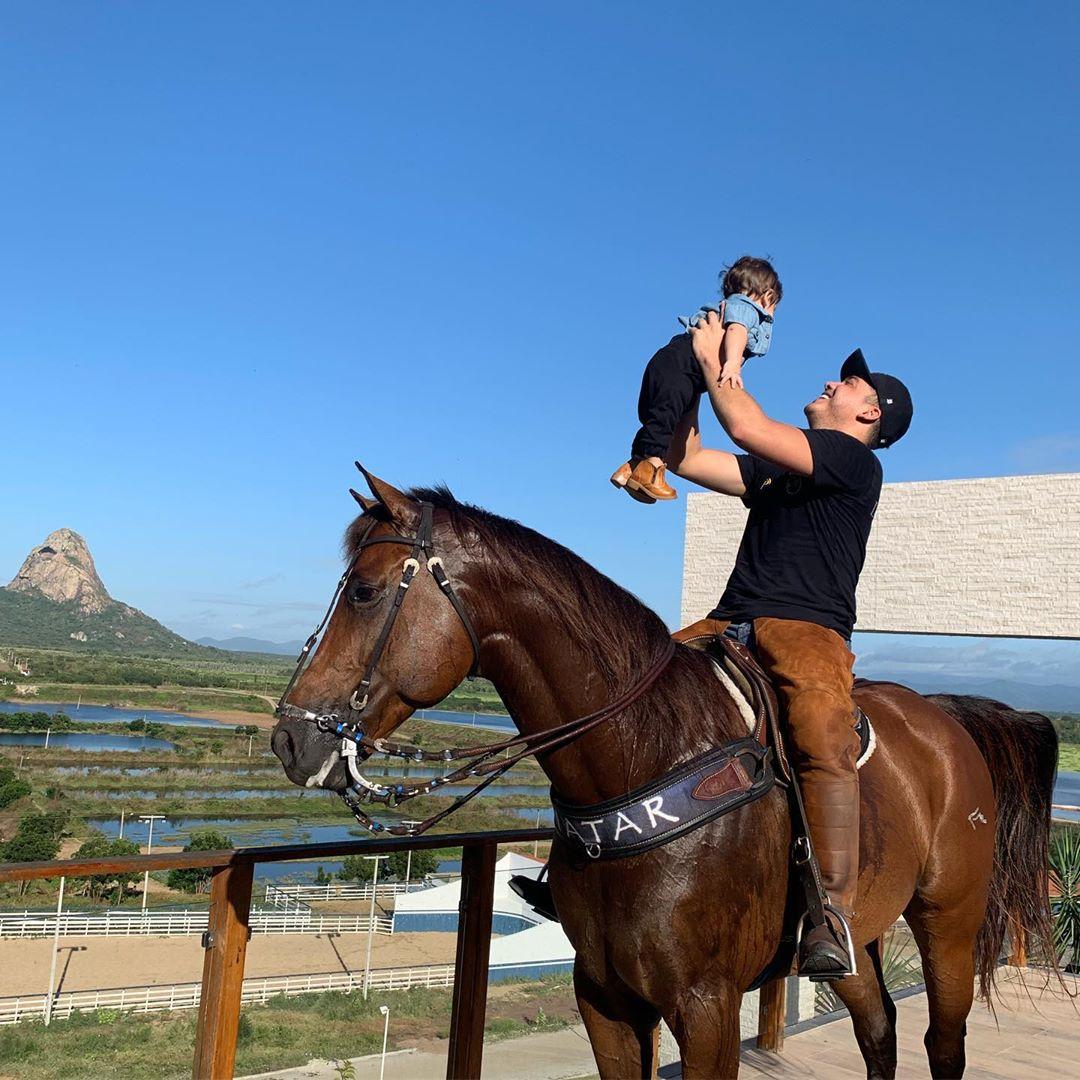 Wesley Safadão e Dom com o cavalo da família (Foto: Reprodução/Instagram)