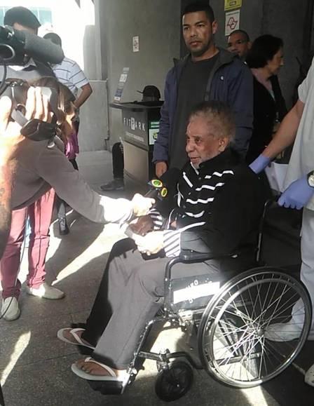 Agnaldo se emociona ao deixar hospital Foto: Divulgação