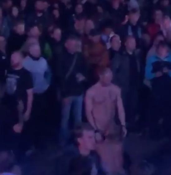 Casal foi flagrado fazendo sexo oral durante show de uma banda de rock na Dinamarca (Reprodução: Instagram)